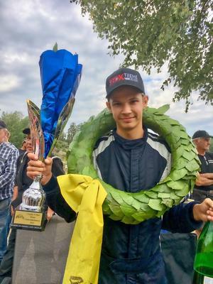 16-årige Robin Tietjens har tidigare nått framgångar som crosskartförare. Det här året är hans sista i den grenen. Under den gångna helgen visade han att han även är en lovande folkraceförare. Foto: Privat.