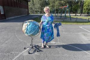 Mona Danielsson Libeck, rektor på Fjällängsskolan, rullade ut en stor jordglob på skolgården.