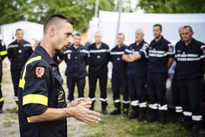 Stephane Nissle, Deputy Team Leader, efter att ha anlänt till Färilas basläger med resten av de franska brandmännen. Foto: Erik Simander / TT
