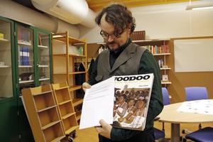 – Man undrar ju hur många flyttar den här boken har fått följa med på hos låntagaren, säger läraren och biblioteksassistenten Niklas Torstensson på Ullvigymnasiet.