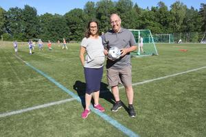 Lagledare Emma Ny och ordförande Håkan Svanberg gläds åt tjejfotbollens återväxt i Nynäshamns IF. Om någon undrar så är det ingen fotboll under Emmas mage. Däremot en blivande fotbollsspelare kanske?