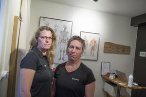 """Yrkesmassörerna Ylva Eriksson och Sandra Säll  är verksamma i Södertälje. """"Att vara yrkesmassör innebär faktiskt någonting. Vi har etik- och kvalitetsattribut. Det är viktigt att visa vad vi står för, säger Ylva"""""""