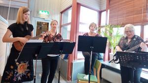 Raka Ucklar spelade och sjöng. Från vänster: Malin Holmström,  Åsa Carlsson, Elisabet Persson och Ingrid Jonsson. Foto: Maj Britt Rova