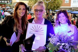 Annika Nygren med prisutdelaren  Johanna Ojala och Företagarna Ånges ordförande Carina Jonasson.