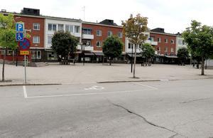 Genom att minska antalet handikapparkeringar från fem till fyra skulle en handfull nya parkeringar kunna byggas vid Centraltorget.
