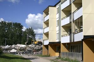 Stopp för rivning. I fjol presenterade Hallbo en vision där ytterligare 50 lägenheter skulle rivas i kvarteret Regnbågen och resten rustas. Men nu blir turordningen en annan, man börjar med att renovera.arkivbild: elin kjellin