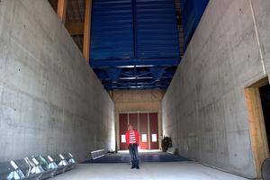 Björn Sjunning står som måttstock för cisternerna som kommer att rymma upp mot 80 ton spannmål.