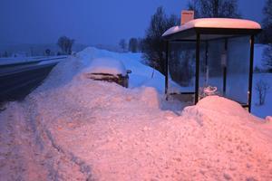 En oplogad busshållplats och en översnöad bil vid Antjärns korsning söder om Härnösand.