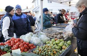 Grönsaker i långa banor och intresset var stort.  Greeks handelsträdgård fanns med bland knallarna.