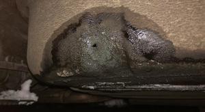 Här syns ett cirka 2 cm stort hål som bensintjuvarna borrat upp under tanken. Foto: Polisen.