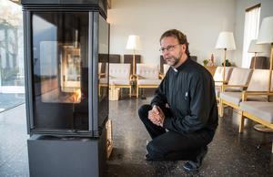 """""""Vår uppgift är att ge folk insikten om att tystnad och stillhet är nödvändigt i tillvaron, för att kunna ta emot livet med öppenhet"""" säger Peder Bergqvist. Stolarna är kvar sedan invigningen för 56 år sedan, men med ny klädsel."""