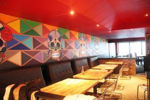 I restaurangen finns både vanliga bord och högre bord med barstolar.