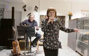 Maud Sparrman och Peter Grå underhöll med jazziga toner. Foto: Ulla Deutschmann
