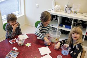 Femåringarna Olov Garp, Gustav van der Werf och Ester Englund reder ut alla oklarheter kring julen och Jultomten.