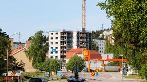 Höghuset på Köpmangatan i Timrå växer och nu ska det dras in fjärrvärme till byggnaden. Det kommer att stoppa trafiken genom centrum - i fjorton dagar.