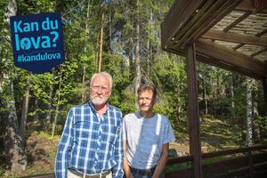"""Carl David Sundstedt och Lars Örjan Kling är några av de boende på Kummelvägen som protesterat mot kommunens planer på bostäder i slänten mellan deras villor och Fornhöjden. Från altanen ser man flerfamiljshusen i Fornhöjden skymta mellan träden, på bilden strax ovanför herrarnas huvuden. """"Det är väldigt trångt att få in bostäder där"""", säger de."""