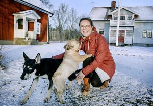 Nina van Rooyen med hundarna  Thandiwe och Svea, på gårdsplanen vid huset i Långbyn. Nina utstrålar optimism, och hon bekräftar bilden. – Jag är optimist, det är ett val. Och väljer man det – då blir saker gjorda, säger hon. Det gäller inte minst kvinnokooperativet i Vivalla.