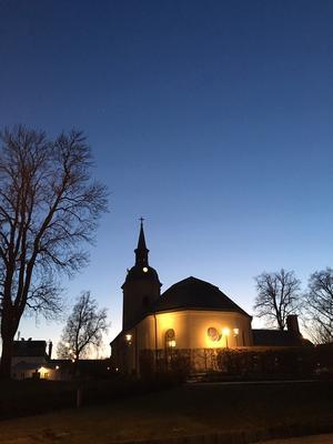 Norrtälje kyrka i skymningsljus. Foto: Rolf Hammarberg