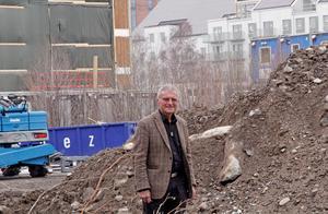 Arkitekt Hans Eek vid byggplatsen på Öster Mälarstrand som just nu består av en grushög.  Här ska ett  extremt klimathus byggas.