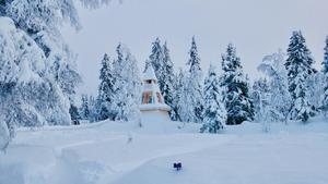 Den nya timrade klockstapeln i Högvålen är placerad i utkanten av kyrkogården.
