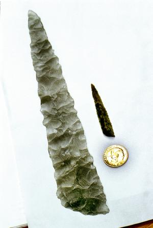 Knivspets av kvarts. Fynd som gjordes i Kornsjö vid utgrävningarna i samband med bygget av Botniabanan. Foto: Sören Walldin