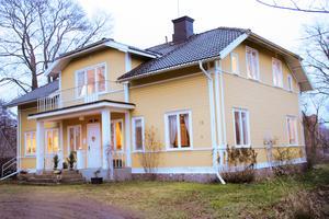 Huset byggdes år 1900 och ligger vid älvkanten och mittemot det gamla järnbruket med anor från 1600-talet. Innan villan byggdes stod här Söderfors första skola.