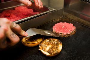 En restaurang i Örnsköldsvik kritiseras för brister i tillagningen av hamburgare. Bilden har inget att göra med den aktuella restaurangen. Foto: Ingvar Karmhed / SvD / SCANPIX