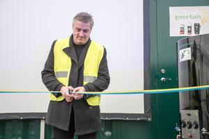 Kommunstyrelsens ordförande Lars Isacsson invigde åkeriet Ernst Express nya biodiesel-raffinaderi.