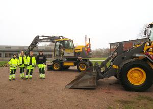 Moa, Emeli, Måns och Erik går bygg- och anläggningsprogrammet och visade en grävmaskin och en hjullastare.