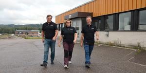 Per Boström, vd, och ägarna Linda och Tomas Aronsson vid den nya skoterbutiken Powersport Center som öppnade i oktober.