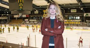 Emma Spennare trivs i hockeyhallarna. När hon var yngre spelade hon själv innebandy, men hockeyintresset har alltid funnits där.
