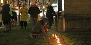 Ljusmanifestation för asylrätten vid Nikolaikyrkan av #vistårinteut