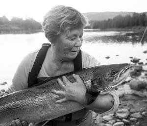 Kärlek. 10 kg lax. Hona. – Tät bild som utstrålar värme och kärlek. Inget fint kvällsljus och väljer då att göra om den till svartvitt. Färger ej nödvändigt i denna situation. Denna fisk återutsattes eftersom i en del Norska laxälvar börjar det bli ont om honor så alla sådana ska återutsättas.
