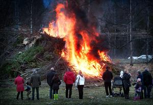 Så här kommer det inte se ut i år vid badplatsen i Hagge. Den sena våren har tvingat byalaget ställa in valborgsfirandet. (Bilden är från sista april 2013)
