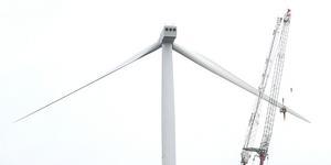 Det var den 30 maj i år som ett rotorblad bröts av från vindkraftverket och föll 95 meter ner på marken. Nu ska de två återstående bladen plockas ner och repareras.