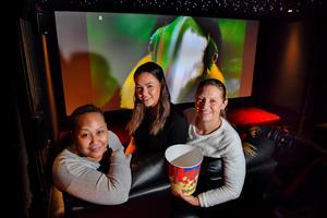 Ylva, Emelie och Linda Rengart har skaffat en riktig popcornmaskin till hemmabion.