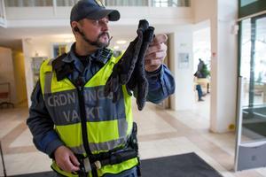 Kevlarhandskar är viktig utrustning när Conny Thörnell visiterar en omhändertagen person. Det är inte ovanligt att det finns en kniv i fickan.