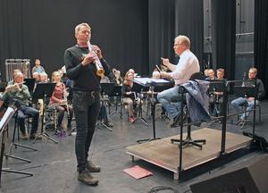 Anders Paulsson är en unik och världsberömd sopransaxofonist och nu uppträder han tillsammans med Västerås Stadsmusikkår.