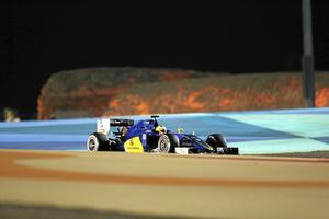 2016: Marcus kör i kvällssolen i Bahrain. Arkivfoto: Hassan Ammar/AP