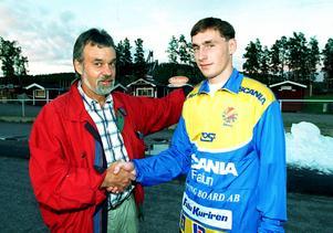 Jan-Erik Berggren välkomnar Sergei Obuhov till Falun den 16 augusti 1995. Foto: Mikael Forslund/Foto Dalmas