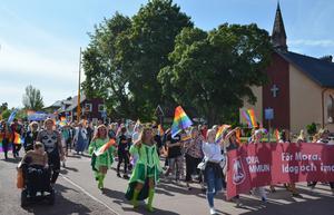 Kyrkogatan var fylld av Pridedeltagare vid lunchtid på lördagen.