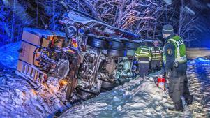 Plogbilen körde av vägen i det synnerligen hala väglaget och lade sig på sidan i diket.