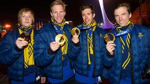 Lars Nelson, Daniel Richardsson, Marcus Hellner och Johan Olsson med sina guldmedaljer efter herrarnas stafett i OS 2014. Bild: Daniel Stiller/Bildbyrån