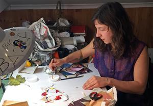 Felicia Ekblom vid sin arbetsplats på Västerås konstskola. Hon är väldigt inspirerad av naturen i sitt skapande.