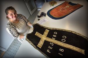 Gamla föremål har många historier att berätta. Sandra Gybo med en mässhake som lämnats in för konservering.