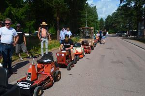 Totalt fjorton åkgräsklippare visades upp på Rättviks gator under måndagen.