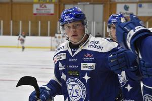 Axel Bergkvist har hittills spelat Leksands samtliga 34 matcher i Hockeyallsvenskan. I helgen ställs dock back-talangen över och får i stället följa med J20-laget till Örnsköldsvik och Luleå.