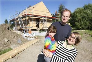 Efter två års letande har familjen Roos och Livendahl hittat sitt ekologiska hus. I Oktober räknar Monika och Olov flytta in med sin dotter Lovisa.