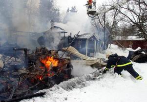 En bil, en snöskoter och en massa maskiner och verktyg blev lågornas rov.