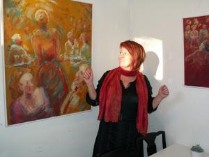Konstnär Carina Nordborg förevisar ett par av sina målningar. Bild: Bob Engelbertsson.